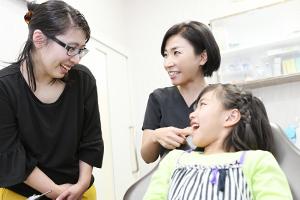 子供と歯科助手